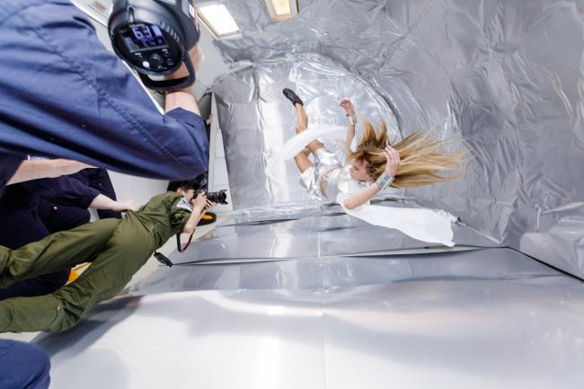 Wix写真コンテスト優勝者の若井玲子さんが無重力空間で宙に舞うスタヴ ストラスコを撮影する様子 提供元:Steve Boxell - ZERO-G
