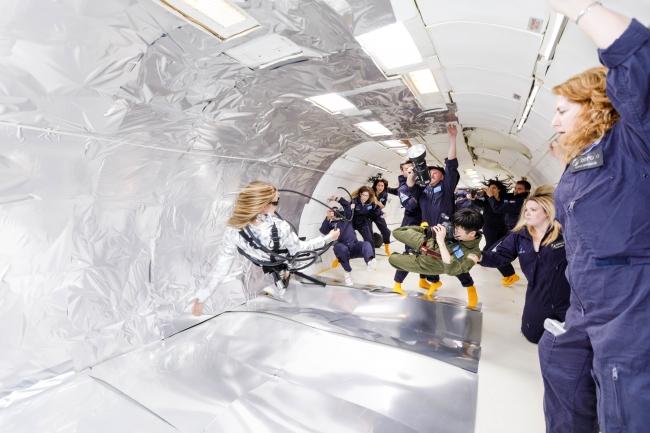 Wix写真コンテスト優勝者の若井玲子さんが無重力空間で宙に浮くスタヴ ストラスコを撮影する様子 提供元: Steve Boxell - ZERO-G