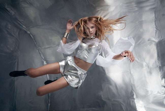 無重力空間で宙に舞うスタヴ ストラスコ 提供:若井玲子×Wixドリームフォトキャンペーン