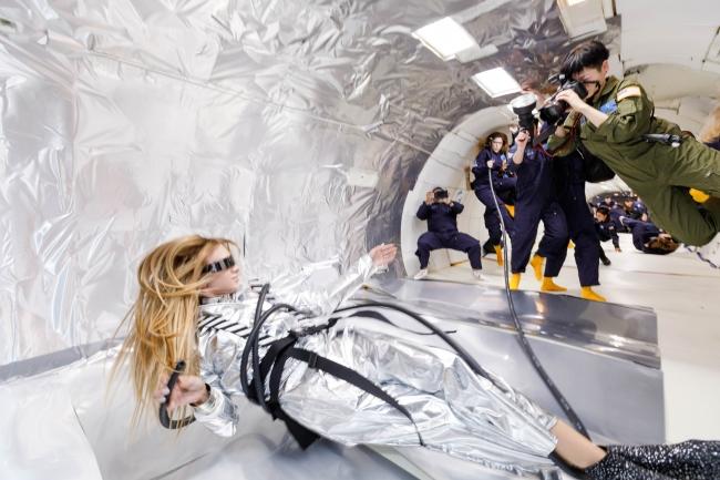 Wix写真コンテスト優勝者の若井玲子さんが無重力空間で自身も宙に浮きながらスタヴ ストラスコを撮影する様子 Steve Boxell - ZERO-G