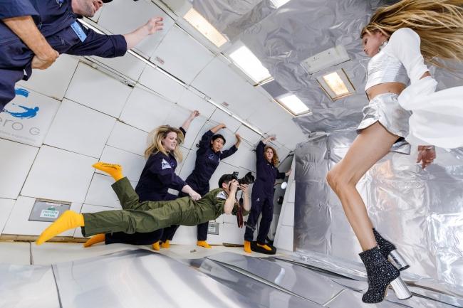 Wix写真コンテスト優勝者の若井玲子さんが無重力空間でポーズするスタヴ ストラスコを撮影する様子 提供元:Steve Boxell - ZERO-G