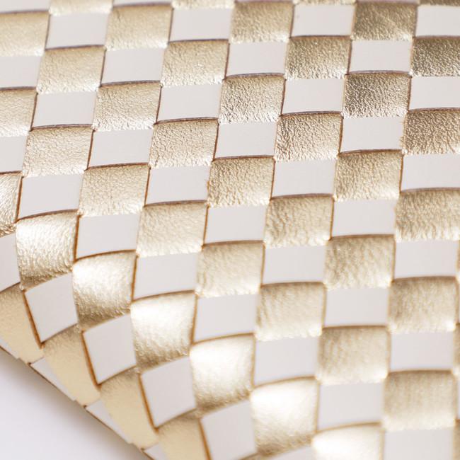 イントレチャートの立体感ある デザインに白と金を配色