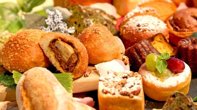 ごろっと煮豚が入った焼きカレーパンや季節のフルーツを使ったパン、カヌレなど