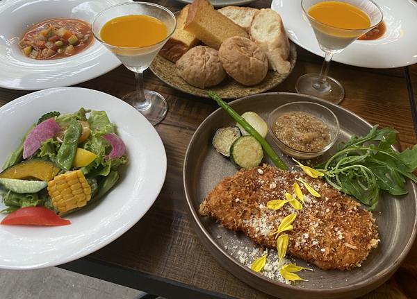 サラダ、スープ、メイン(魚料理 or 肉料理)、デザート、パン、食後のお飲物で¥1,800