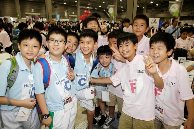 ▲香港チームと日本チームで記念撮影。小学生がことばの壁を越えて親交を深めました。