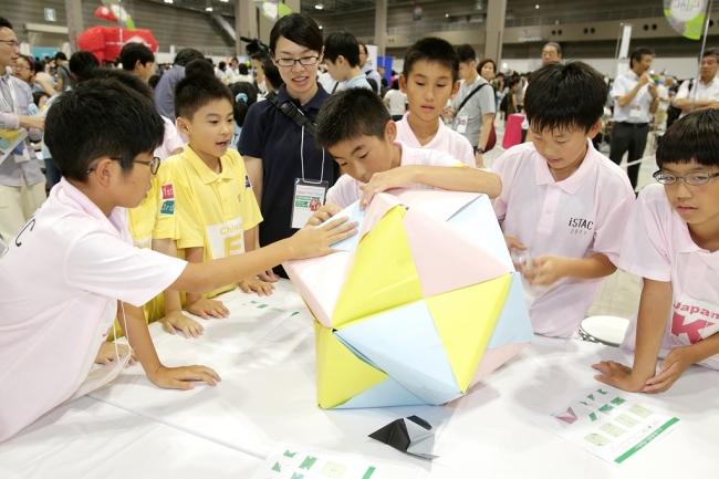 ▲エキシビション競技「巨大折り紙に挑戦」では、ちがう国の参加者でチームを作り、協力しながら巨大折り紙を製作しました。
