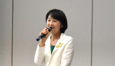 女優で介護士でもある北原佐和子様。北原さんは弊社の介護施設で様々なイベントをしていただいています。今回はゲストとして参加いただき、会の終わりに総評を頂戴しました。