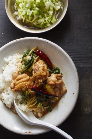 ▲台湾の家庭料理「三杯鶏」をフライパンで。副菜は「キャベツのしょうが甘酢」でさっぱりと。