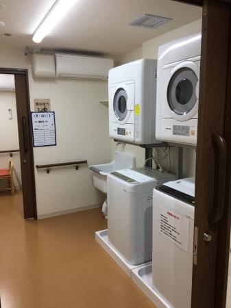 【共用洗濯室(イメージ)】 予約制で自由に使用できます。利用料は共益費に含まれています。