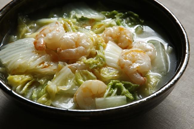ごま油でしょうがと白菜を炒め、えびを加えてさっと煮るだけで、とろ~り中華風の塩煮が完成。「えびと白菜の中華風塩煮」