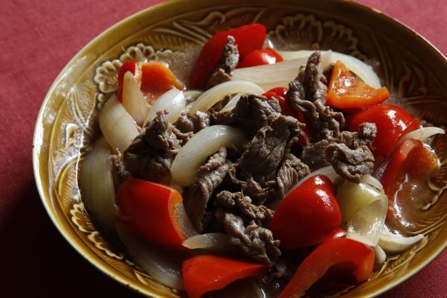 オリーブ油で牛肉、玉ねぎ、パプリカを炒めて蒸し煮にし、しょうゆとカイエンヌペッパーでピリ辛仕上げに。「牛こま肉とパプリカのチリしょうゆ煮」