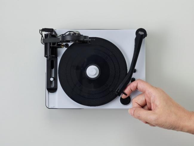 ▲本体左側がカッティング針、右側が再生用のレコード針。