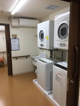 ▲共用洗濯室(イメージ) 予約制で自由に使用できます。利用料は共益費に含まれています。
