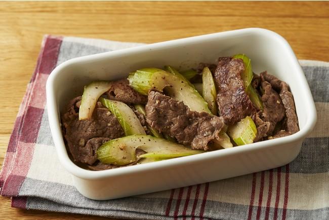 ▲冷蔵庫から出してすぐ食べられる作りおきの肉おかずもストックしておくと便利。「牛肉とセロリのにんにく炒め」