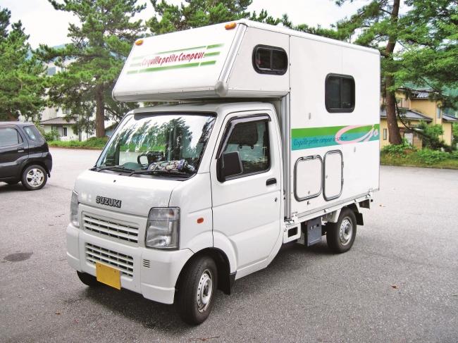 ソーラーパネルやクーラー、テレビも装備したキャンピングカーは、居心地最高な快適空間!(埼玉県・村上さん製作)