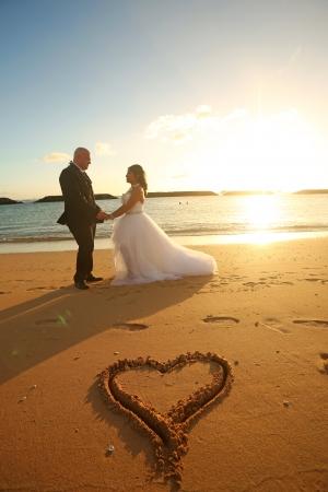 マジックアイランド ワイキキからすぐ近くと好アクセス。  ダイアモンドヘッド、  ワイ キキ、  夕日とともに写真がとれるフォトジェニックな場所で す。  夕日の中撮れる写真がとても人気のビーチです。   (ワイキキから10 分)