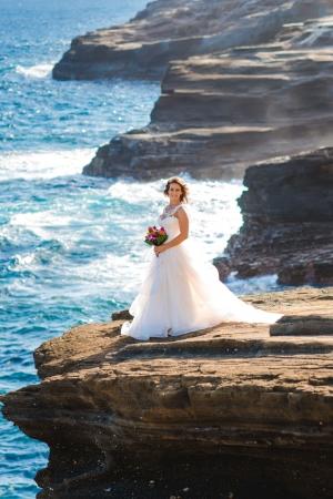 ヘブンズポイント 岩崖にたち、  ターコイズブルーの打ち寄せる波をバックに ドラマチックな写真を残せます。   (ワイキキから30 分)