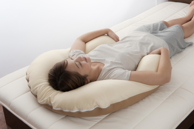 重い両腕をアーチ部分が優しく支える。包み込まれるような安心感。