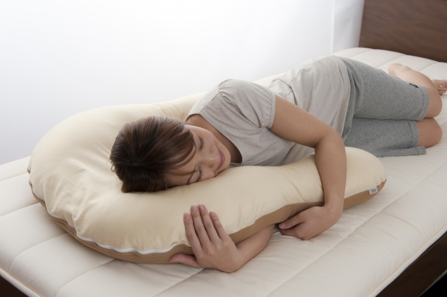横向き寝のときも気持ちよく、腕が痺れにくい。内部にも隠れた工夫があります。