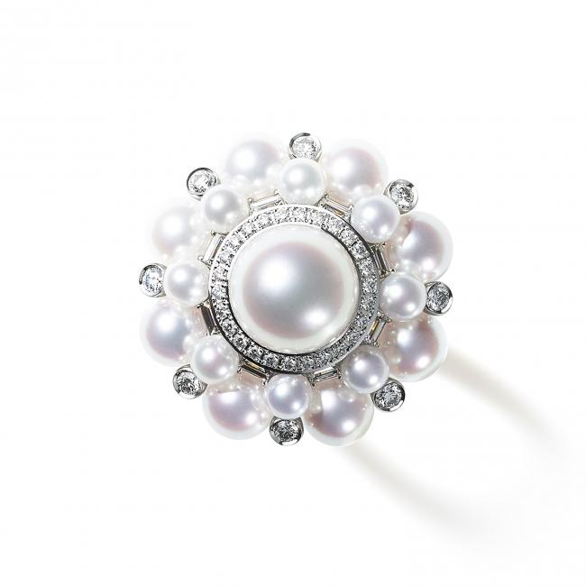 奥行きある透明感と天然の白さを追求し、希少性の高い「無調色パール」のみを使用した最高品質のパールのリング。(750WG, Pearl, Diamond)