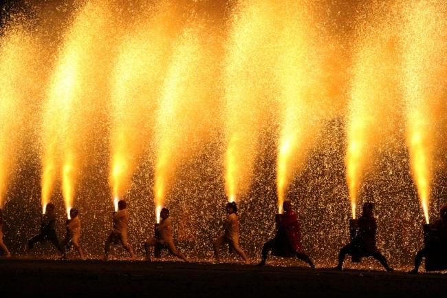20本余りの手筒花火を一斉に揚げる姿を見ることができるのは「炎の祭典」ならでは