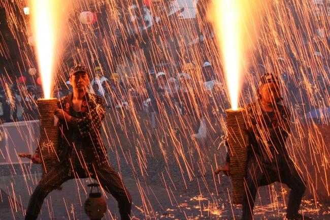 火の粉は中空で勢いをなくして落ち、  身体に当たります