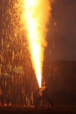 夜空に吹き上がる火柱は10メートル以上にも