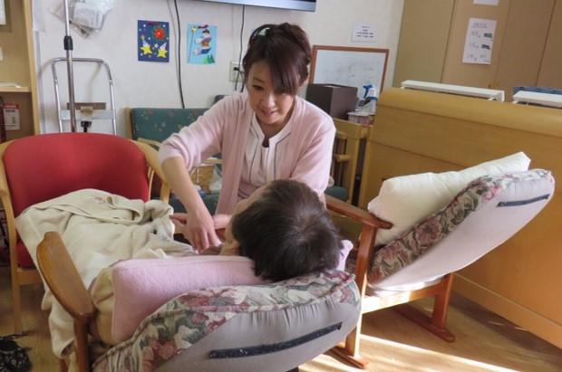 介護施設で入居者に施術をするビューティタッチセラピスト