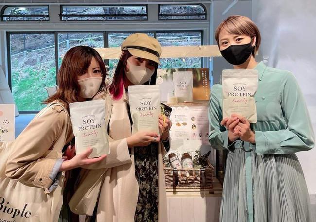 美容ライター の岸本小百合さん(左)と吉田亜理沙さん(中央)がブースへ立ち寄ってくださいました
