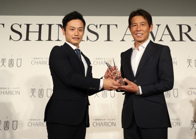 BEST SHINIST AWARD 2018 シャリオン角田社長とサッカー元日本代表監督・西野朗さん