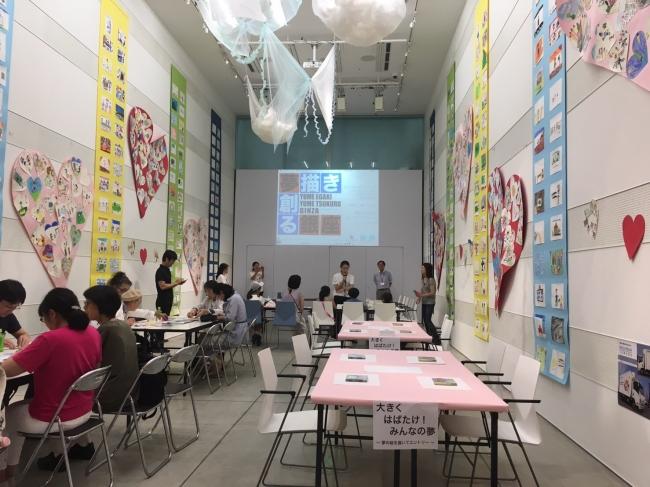 会場には子供たちの絵が展示された