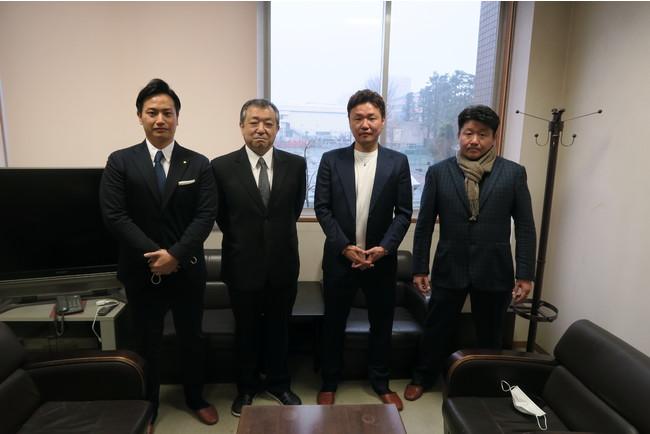 ※左より、弊社代表角田、校長の尹様、株式会社CUORE JAPAN金島様、株式会社ONE金城様と