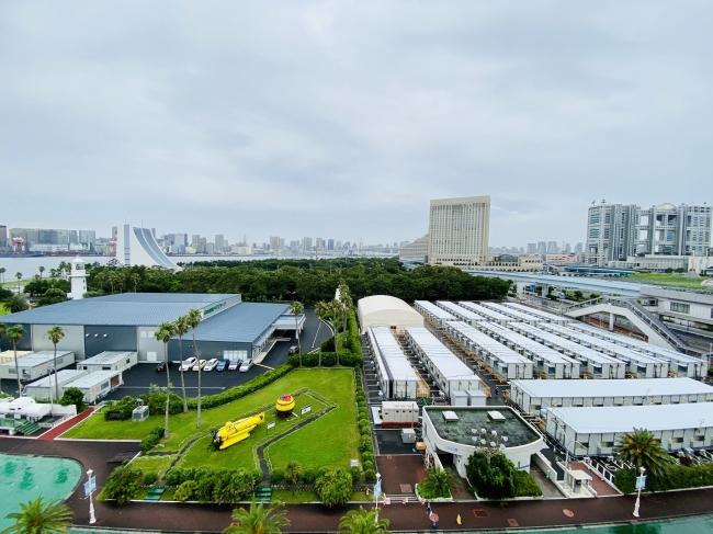 日本財団パラアリーナ(左)とプレハブ・大型テント(右)