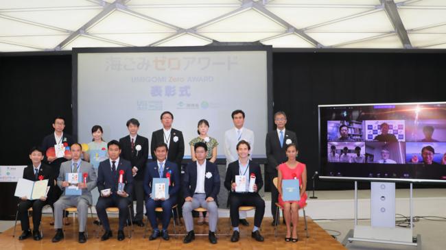「海ごみゼロアワード2020」受賞者、審査員ら