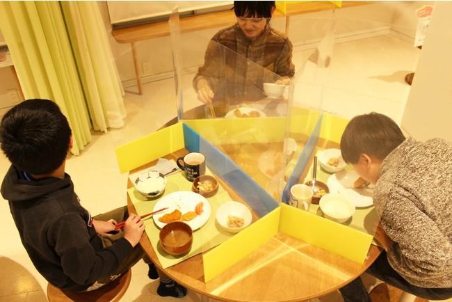 バランスの取れた食事を友達と囲む