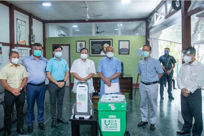 マニプール州のシン首相(右から3人目)に酸素濃縮器が引き渡される