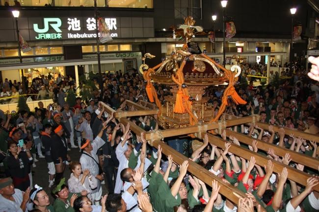 圧巻の宵御輿パレード