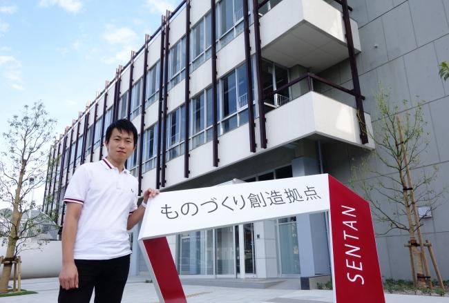 愛知拠点(SENTAN:愛知県豊田市)入口に立つ CARTIVATOR代表 中村翼