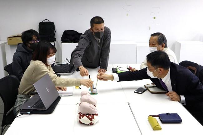 京都府仏具協同組合の方とのデザインミーティングの様子