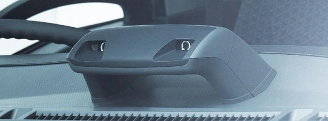 新型「エルフ」のダッシュボードに 設置されたステレオカメラ