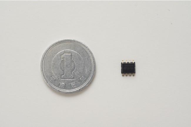 1円玉硬貨(左)とMSTが実装可能なSTM32G0マイコン(右)