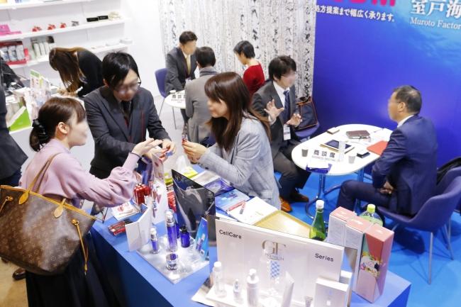 2019年COSME TOKYO会場の様子 ブースでは来場者と積極的に商談を行う姿が