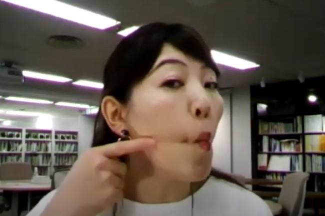 顔のエクササイズの様子