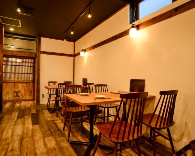 店内は温かみのある日本情緒漂う落ち着いた空間で食事を楽しむことができます。   お店の資材や建具は昔の蔵や古民家のものを使用しています。