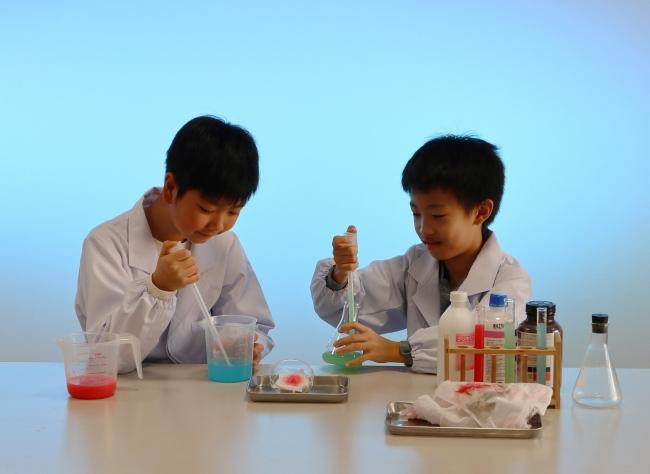 三菱みなとみらい技術館 企画展「科学捜査の秘密3―見えない証拠を科学で解き明かせ―」を開催