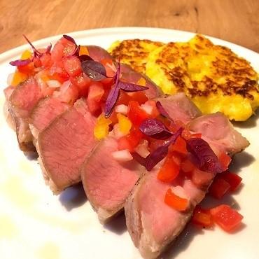 きめの細かい肉質と甘みのある脂の豚肉を使用