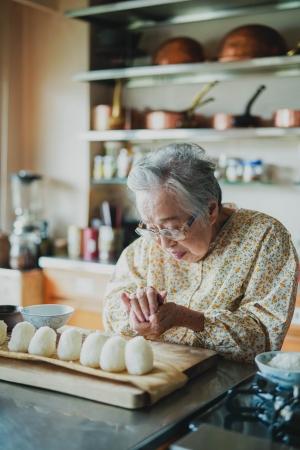 福岡在住の料理家・桧山タミさんの家仕事の心がけと工夫を伺いました。感謝を持って毎日を過ごすことや、無駄なものは出さない段取りやその工夫は、あらためて家仕事の大切さを学ぶ機会になります。