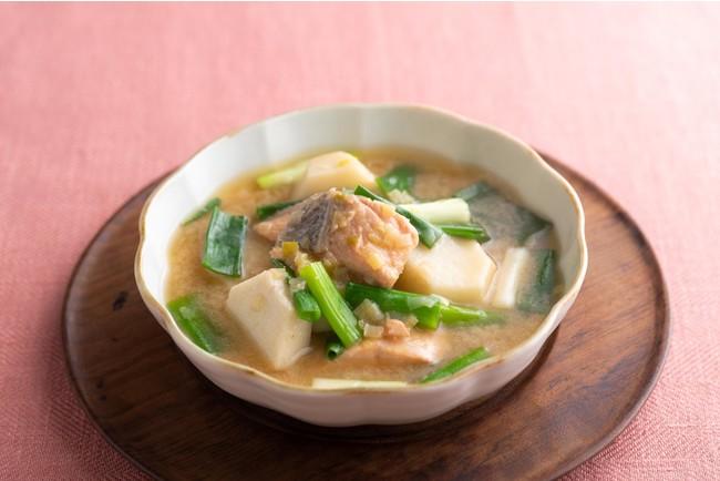 風邪やインフルエンザ対策に! 鮭と里いものみそスープ