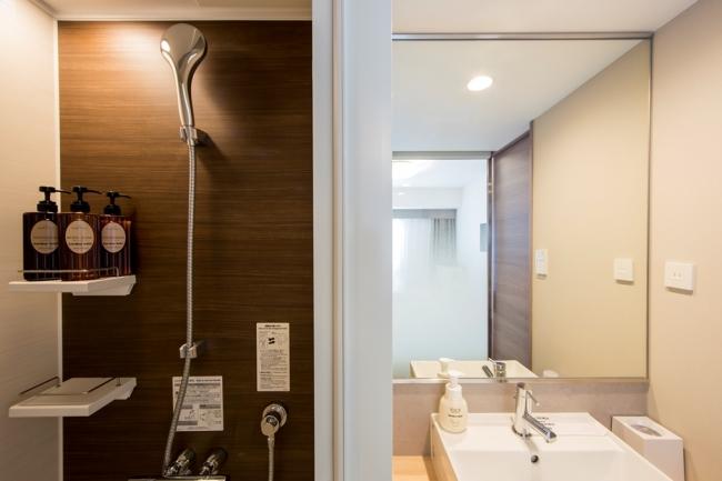 独立したシャワールームと洗面所