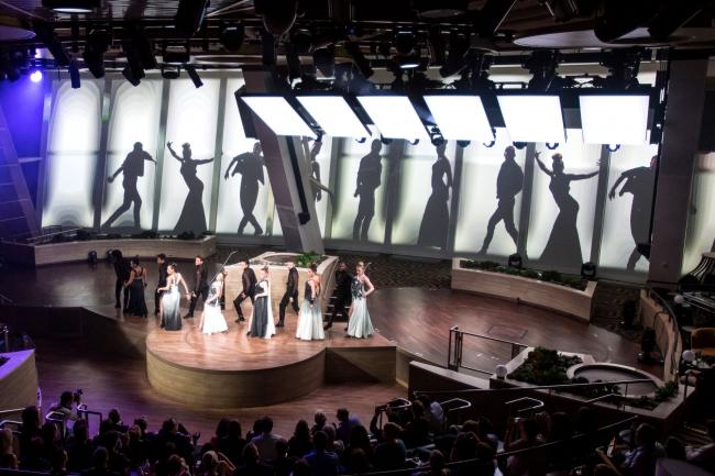 トゥセブンティ:ロボットスクリーンとダンサーの幻想的なパフォーマンス